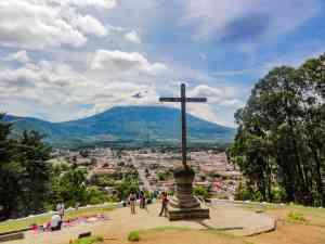 Cerro de la Cruz in Antigua, Guatemala by Jeremy van Heerde